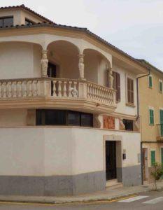 Säulen und Balustraden an Dorfhaus Mallorca