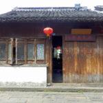 Laden in Hauptgeschäftsstrasse in Suzhou, China, geschlossen, mit roten Lampions