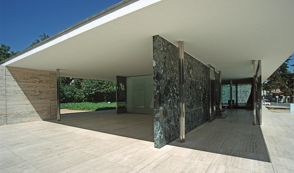 Barcelona Pavillon, Durchblick von Osten, tragende Stahlstützen neben Wand aus grünem Serpentinit.