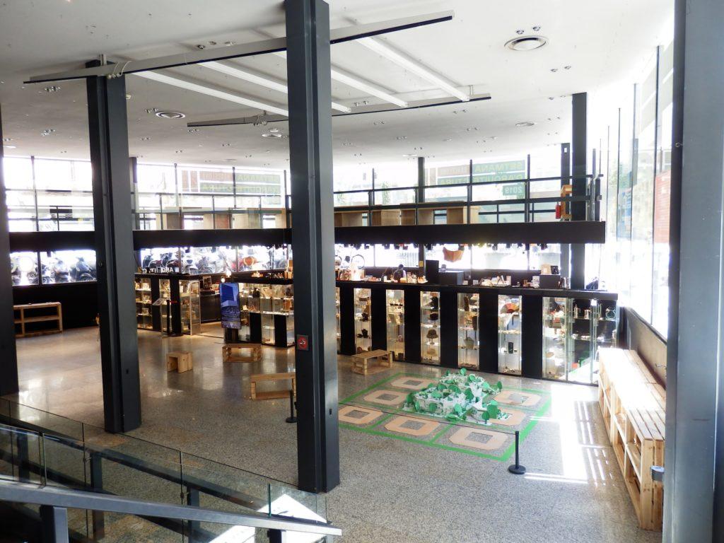 Architektenkammer Innenansicht, zweigeschoßiges Untergeschoß mit freier Fläche, zwei Stahlstützen in der Mitte