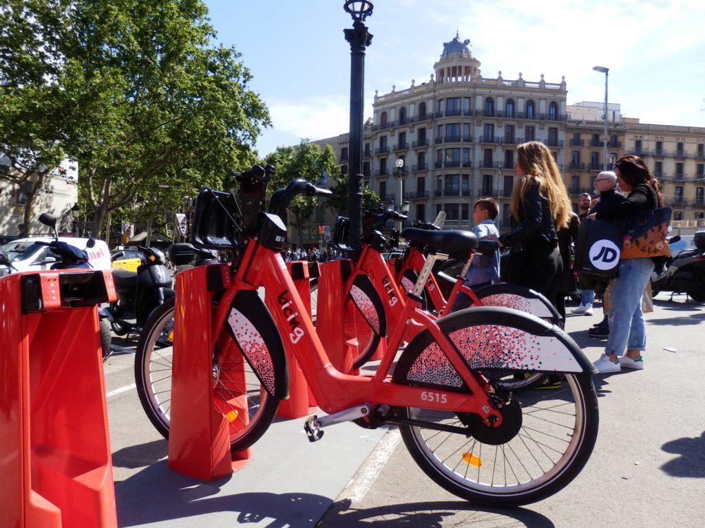Rotes Elektrorad an Aufladestation Plaça Catalunya