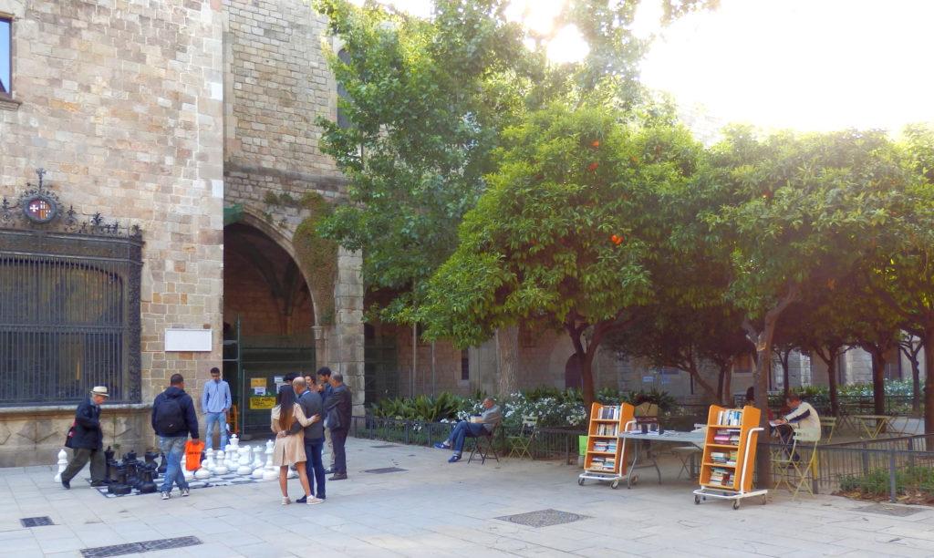 Lesehof Biblioteca, links Gartenschach