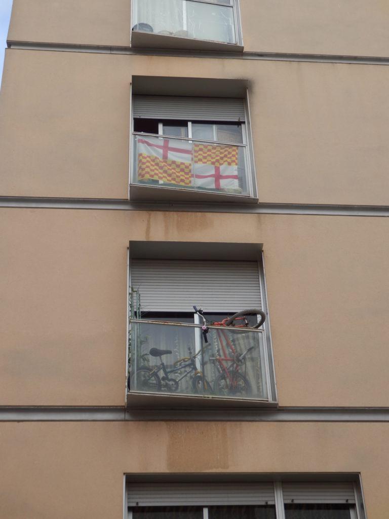 Neuere Hausfassade mit kleinem Balkon benutzt zur Demonstration politischer Gesinnung