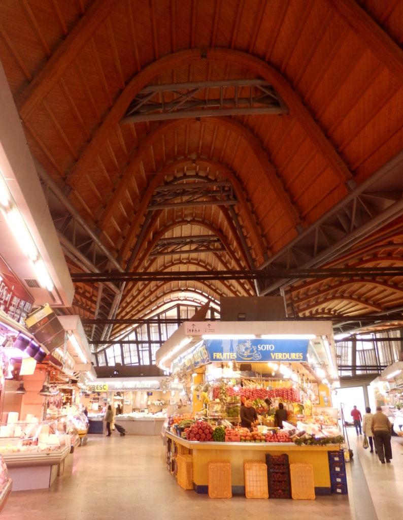 Innenansicht Markt Sta. Caterina. Parabelförmige Dachträger aus Holz über Stahlstruktur.