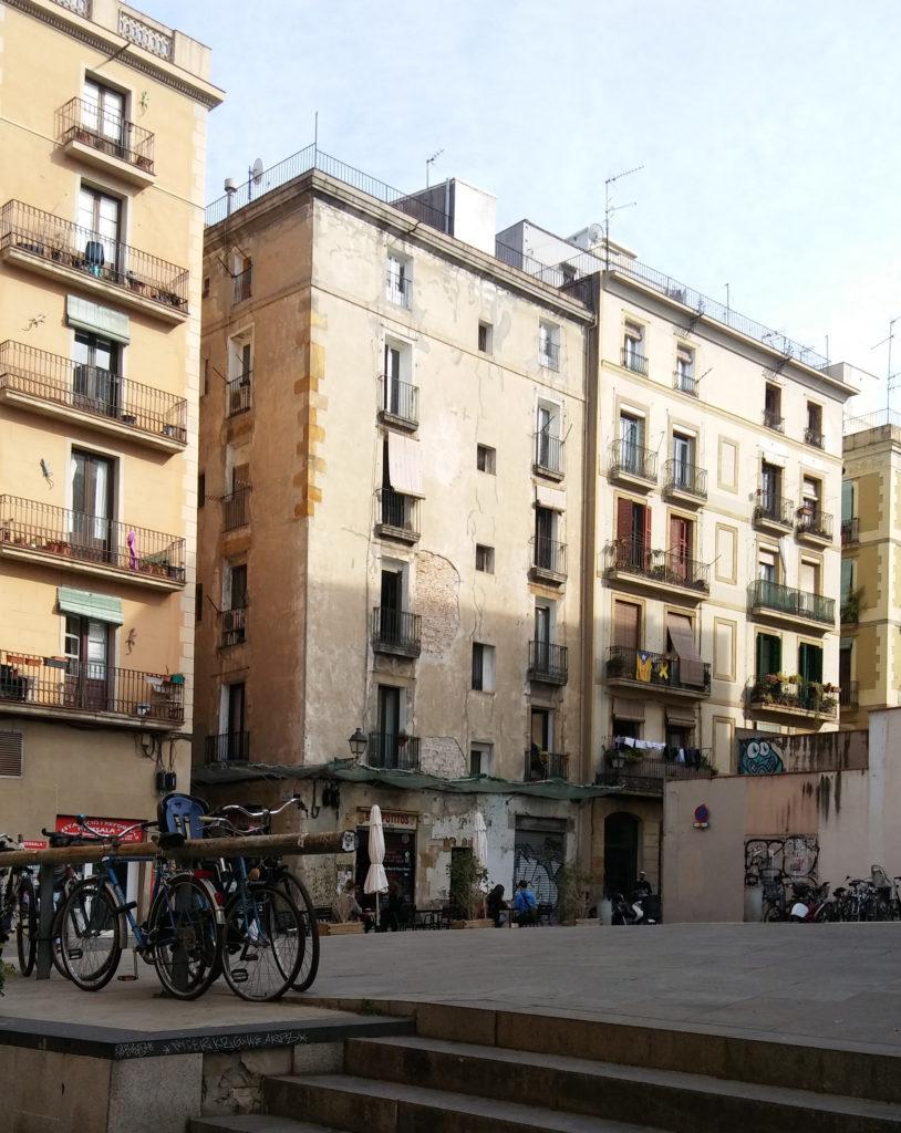 Sechsgeschossoge Wohnhäuser an Fußgängerbereich mit Platz. Im Vordergrund mehrere Fahrräder