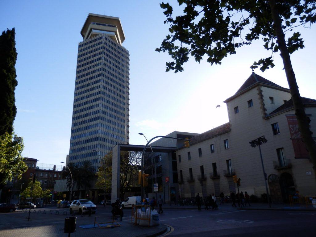 Torre Colon links, Beton-brut-Architektur, Nachbarbebauung traditionell mit weißer Putzfassade rechts
