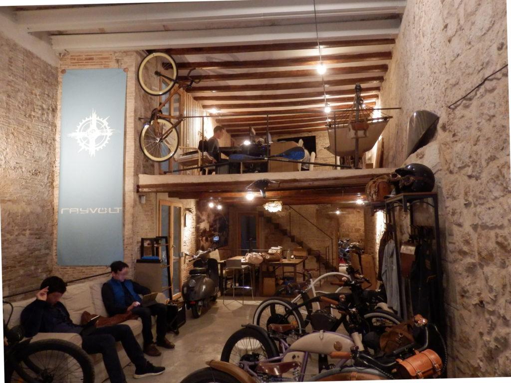 Innenansicht Fahrradladen mit Zwischenebene mit alten Steinwänden