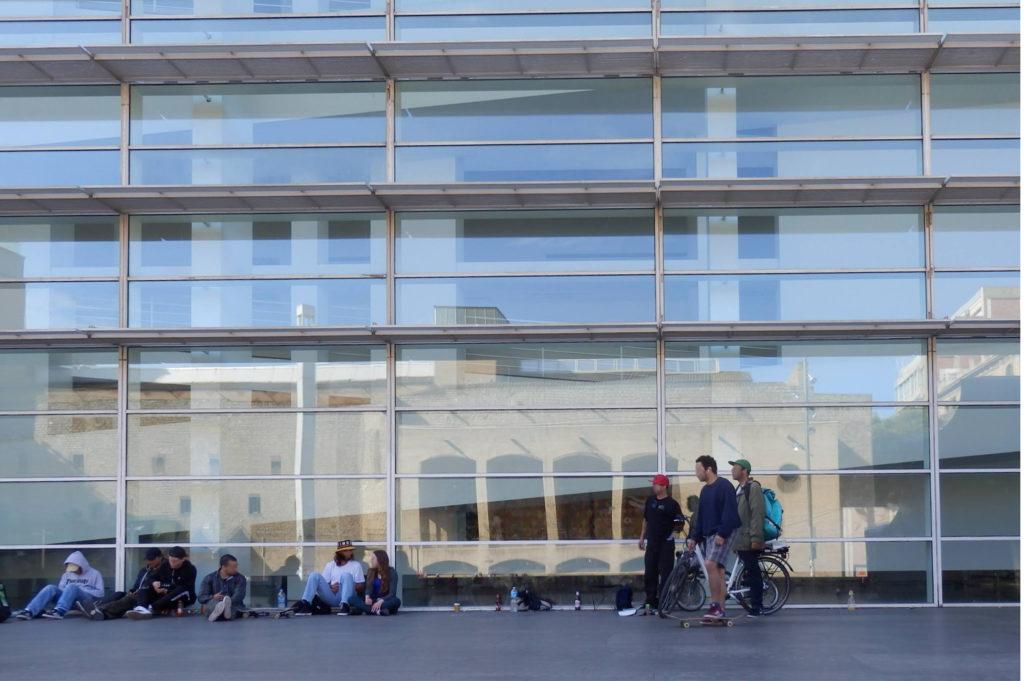 Glas-Stahl Fassade des MACBA mit Spiegelung der alten Fassaden gegenüber