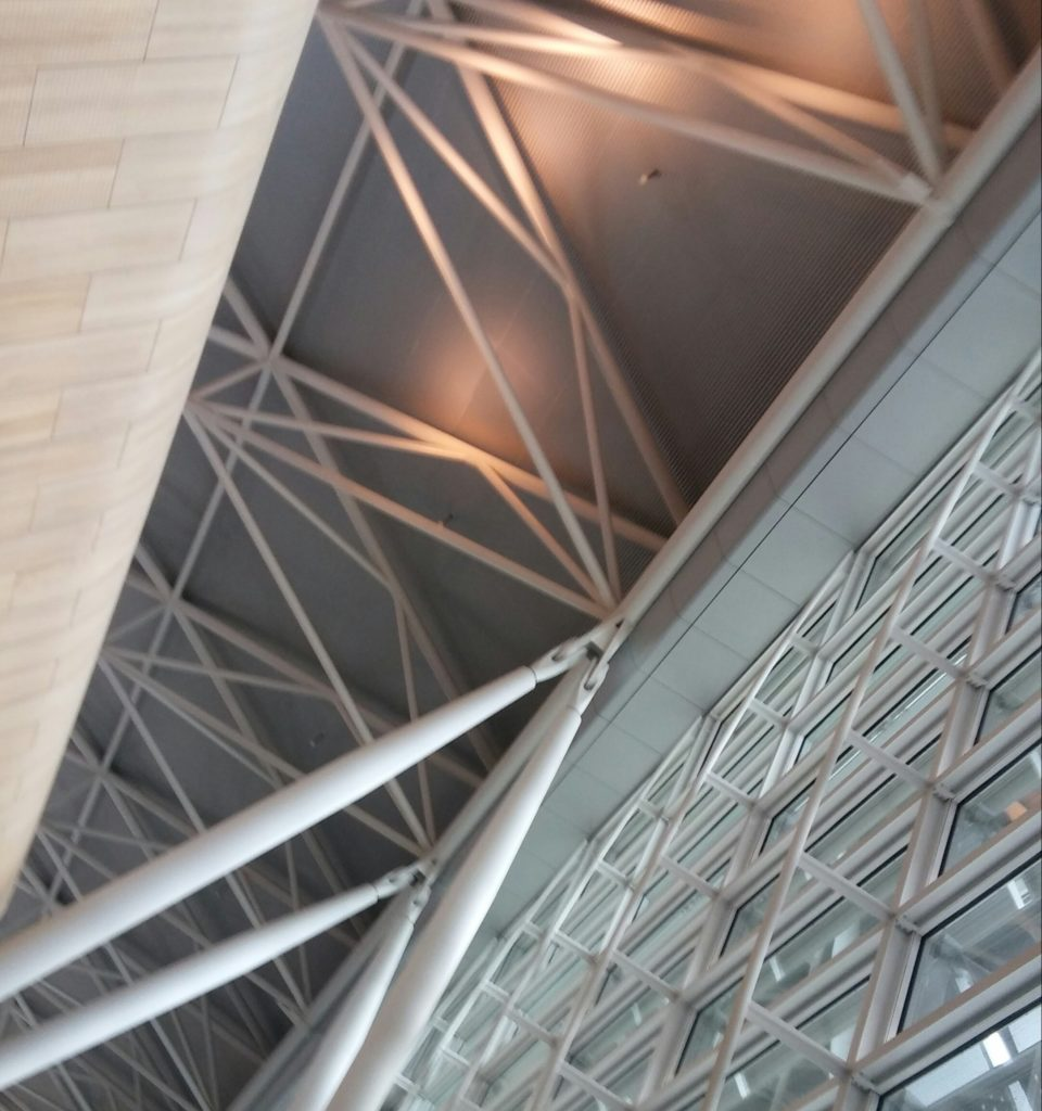 Dach-Untersicht Flughafen-Terminal. Stahl-Fachwerk-Struktur