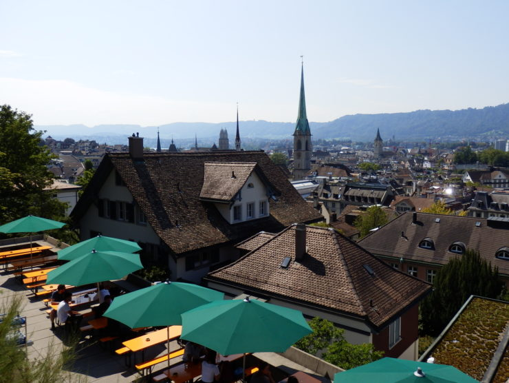 Blick von der Terrasse ETH mit grünen Sonnenschirmen